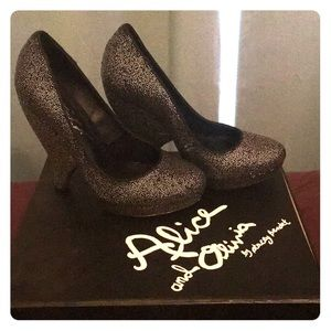 Brand new Alice and Olivia Robyn Caviar bead heel